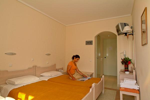 Kos, Hotel Theonia, camera dubla, TV.jpg