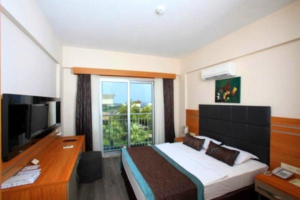 Bodrum, Hotel Golden Age, camera, vedere camera, pat, TV.jpg