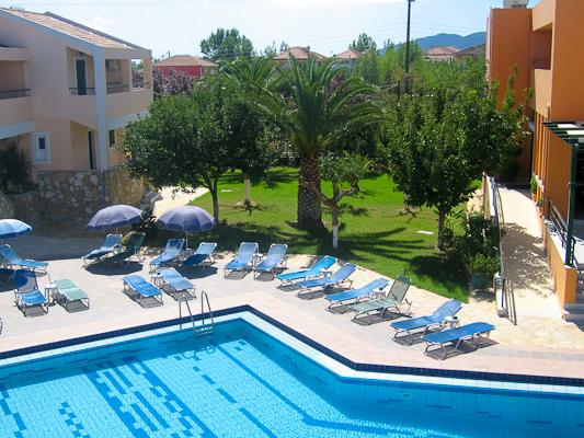 Zakynthos, Hotel Oscar, piscina, sezlonguri.jpg