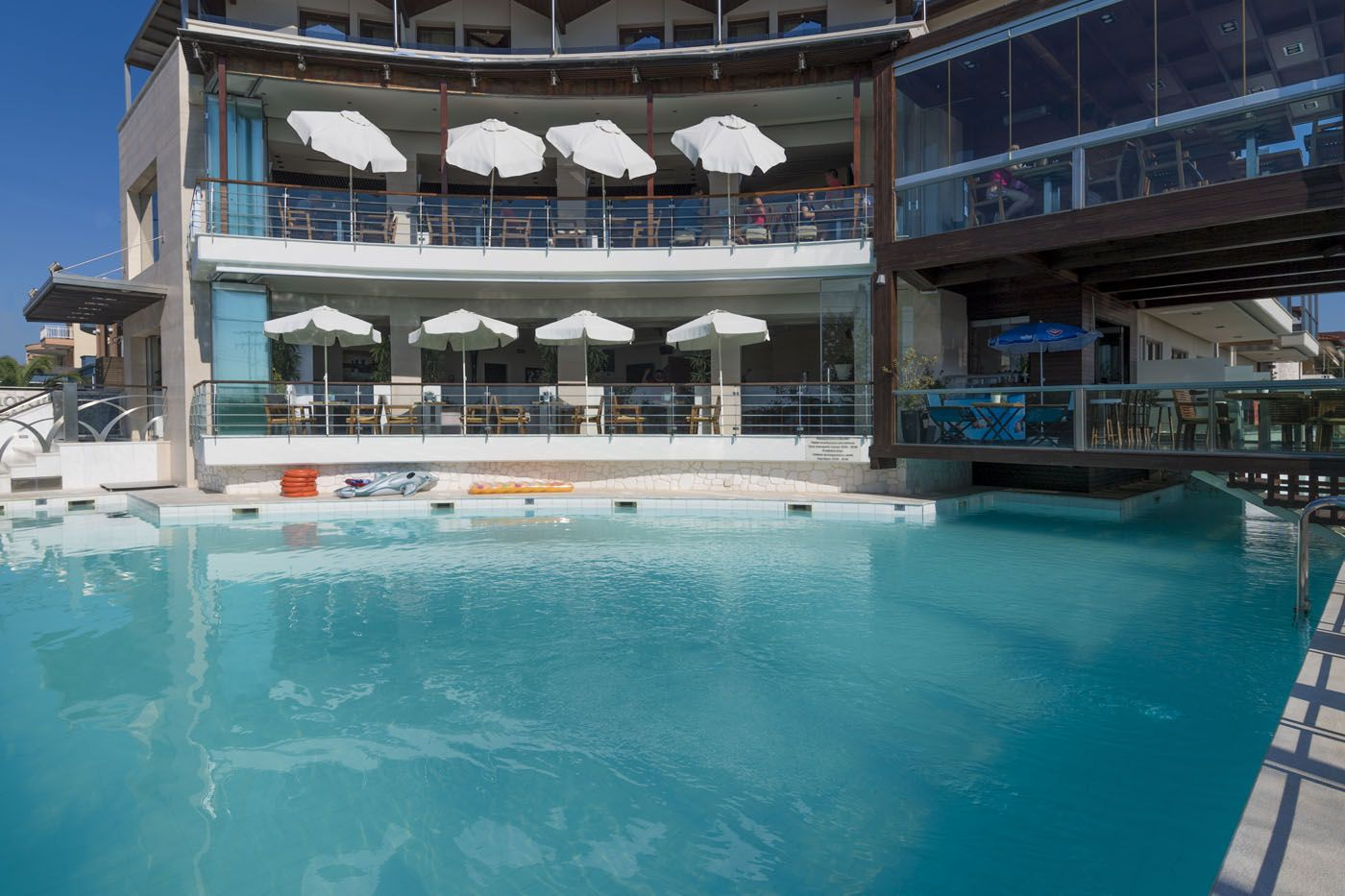 cosmo piscina.jpg