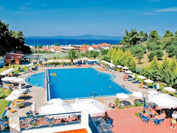 Halkidiki, Hotel Atrium, piscina exterioara, sezlonguri.jpg