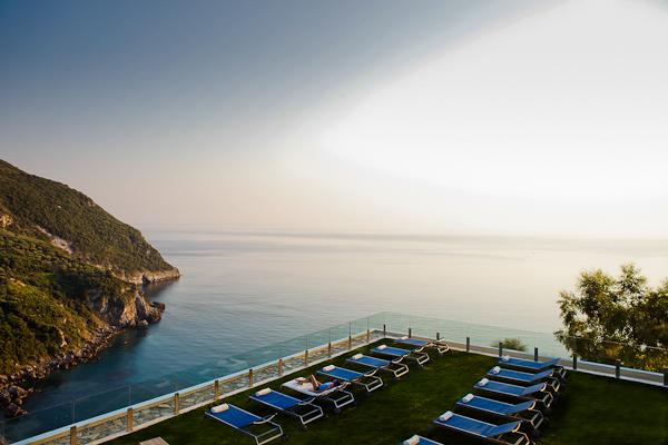 Corfu, Hotel Grand Mediterraneo Resort, sezlonguri.jpg