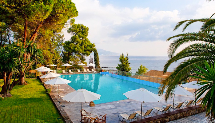 Corfu, Hotel Kontokali Bay, piscina exterioara, sezlonguri.jpg