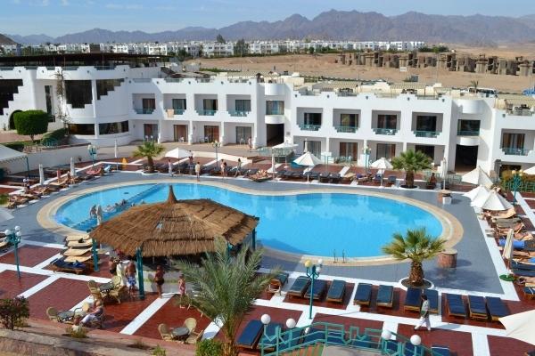 Sharm El Sheikh, Hotel Sharm Holiday, piscina exterioara, sezlonguri.jpg
