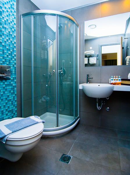 Platamonas, Hotel Kronos, camera, baie, toaleta, dus, chiuveta.jpg
