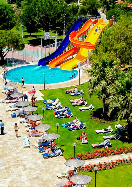 Kusadasi, Hotel Batihan, teren sport, piscina exterioara, sezlonguri.jpg