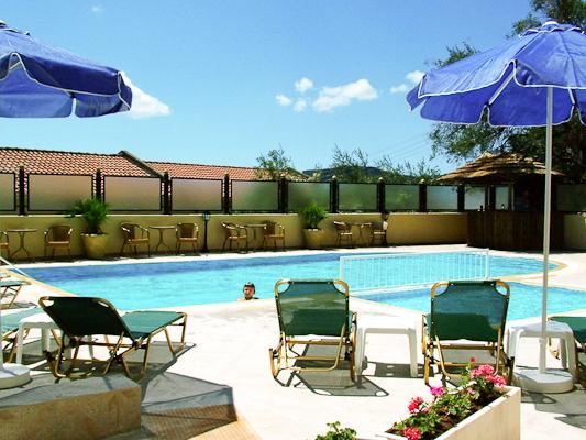 Corfu, Hotel Secret Corfu, piscina exterioara, sezlonguri.jpg