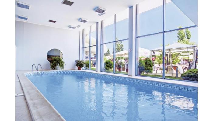 Neptun Beach piscina interioara.jpg