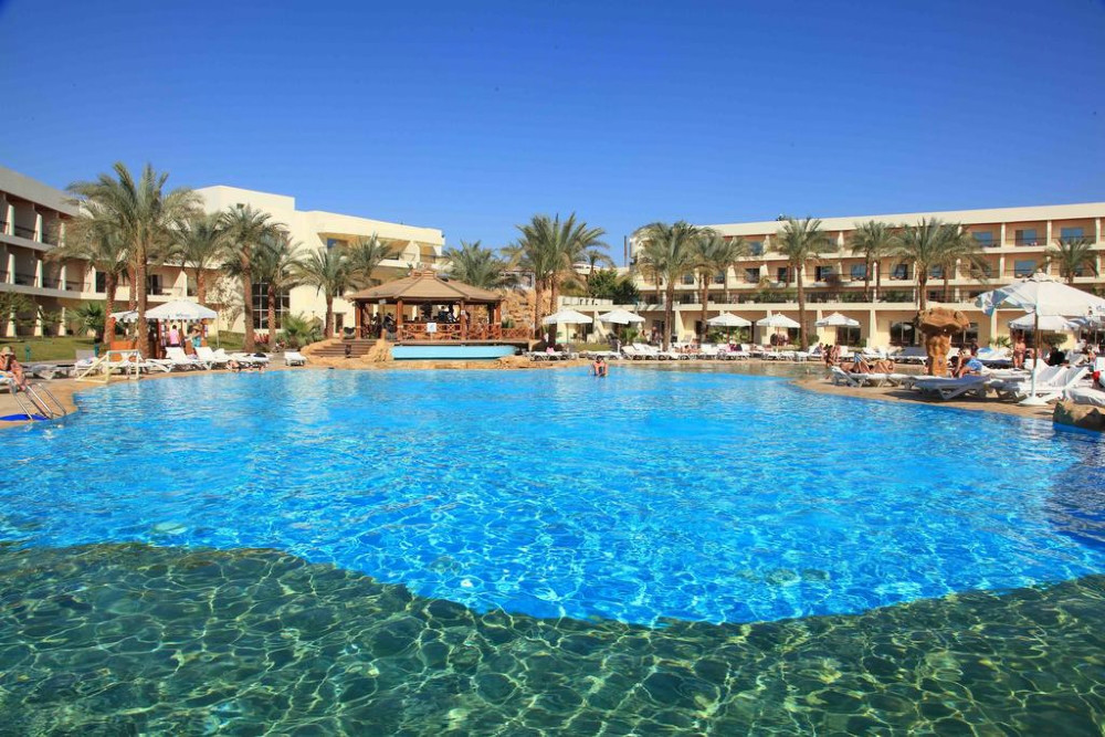 Sharm el Sheikh, Hotel Xperience Kiroseiz, piscina exterioara, sezlonguri.jpg