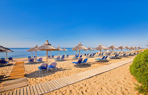 Halkidiki, Hotel Blue Dolphin, plaja, sezlonguri.jpg