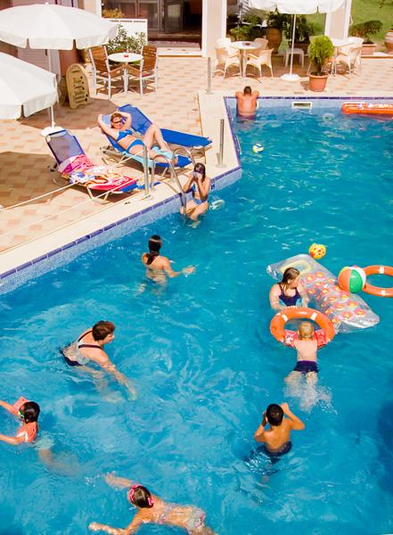 Nei Pori, Hotel Evdion, piscina exterioara.jpg
