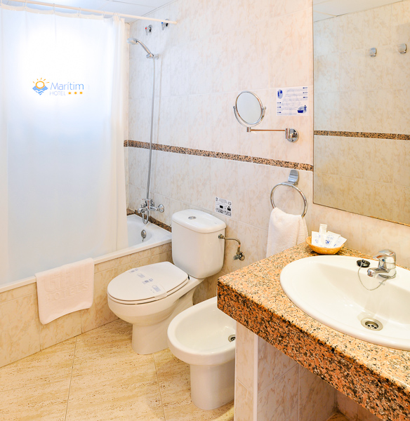Costa Brava, Hotel Maritim, camera, baie, cada, toaleta, chiuveta.jpg