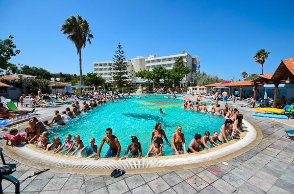 Corfu, Hotel Atlantis, piscina exterioara, gimnastica.jpg