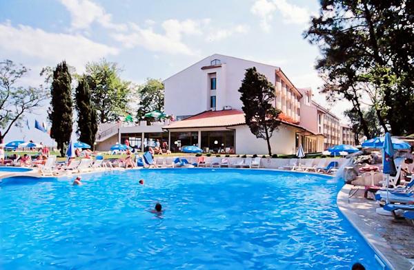Sf. Constantin si Elena, Hotel Dolphin, piscina exterioara.jpg