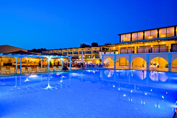 Halkidiki, Hotel Village Mare, piscina exterioara, noapte.jpg