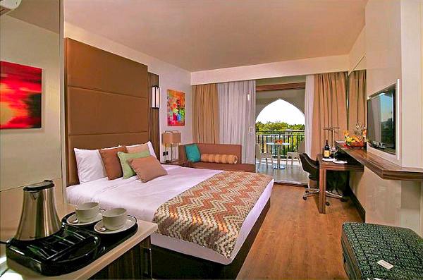 Didim, Hotel Ramada Resort Akbuk, camera, pat dublu, tv, terasa.jpg