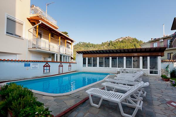 Thassos, Hotel Philoxenia Inn, piscina exterioara, sezlonguri.jpg