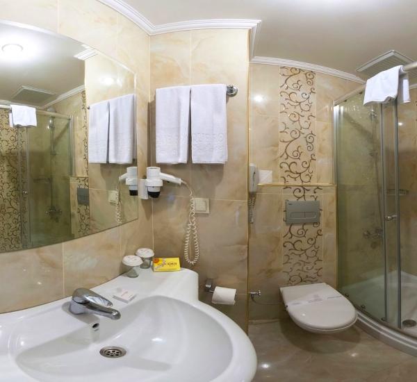 Alanya, Hotel Antique Roman, camera, baie, chiuveta, cabina dus.jpg
