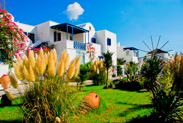 Santorini, Hotel Mediterranean Beach, exterior, gradina.jpg