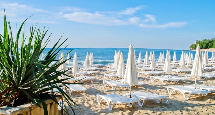 Sf. Constantin si Elena, Hotel Dolphin, plaja, sezlonguri.jpg