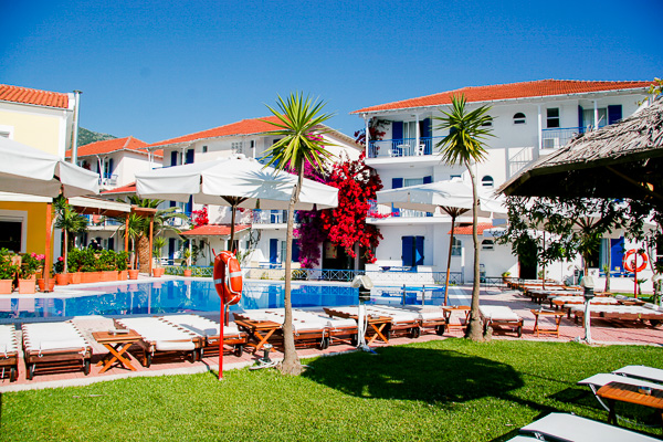 Hotel G George, Lefkada, exterior, piscina, hotel, sezlonguri, verdeata.jpg