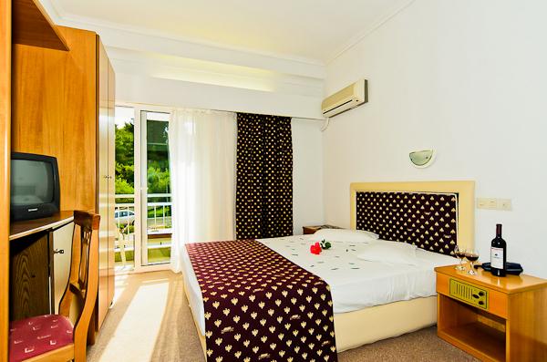 Halkidiki, Hotel Mendi, camera, vedere camera, pat, TV, aer conditionat.jpg