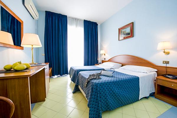 Sorrento, Hotel Giosue a Mare, camera, paturi, aer conditionat.jpg