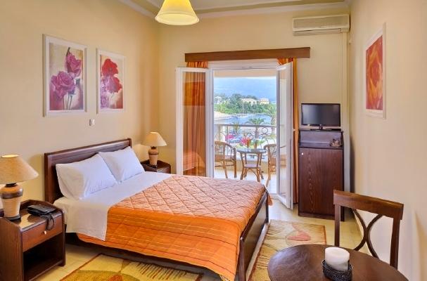 Corfu, Hotel Molfetta Beach, camera, pat, TV, aer conditionat.jpg