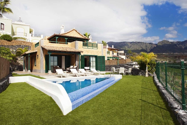 Tenerife, Villa Maria, exterior, pisina, sezlonguri.jpg