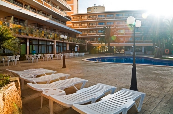 Fergus Tobago, exterior, piscina, hotel, sezlonguri.jpg