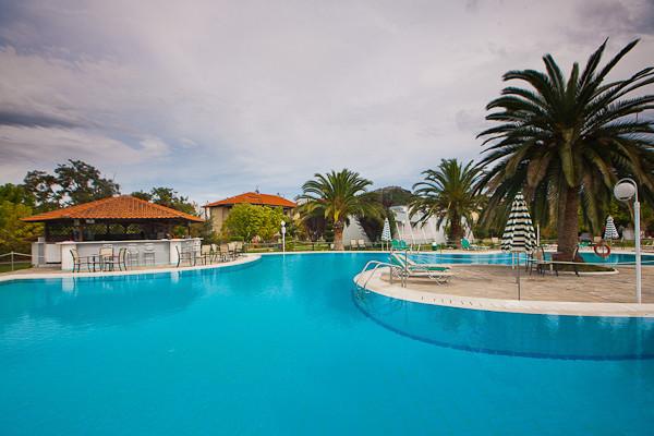 Thassos, Hotel Aethria, piscina exterioara, bar.jpg
