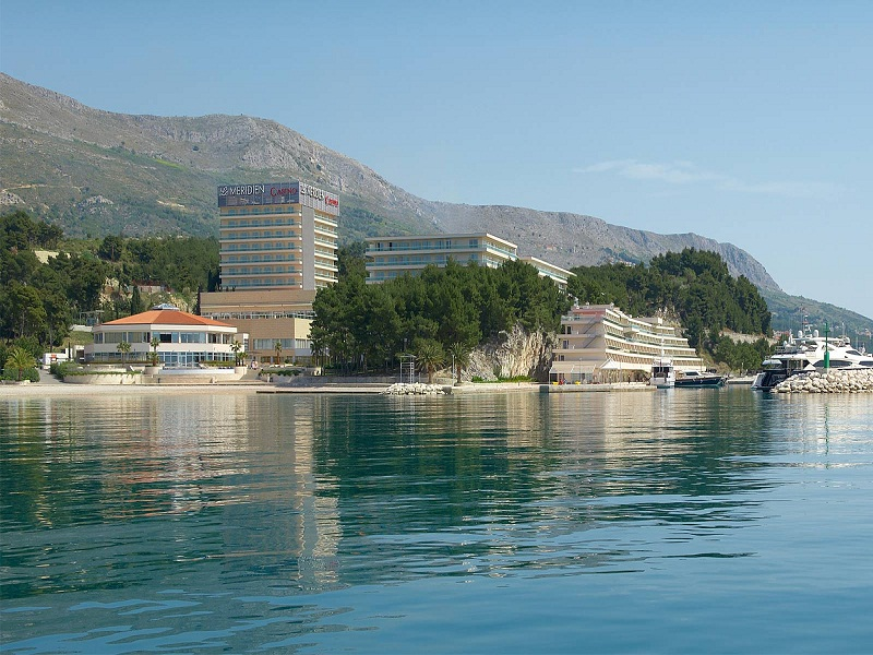 Le_Meridien_lav_Infinity_pool_view_from_the_sea.jpg