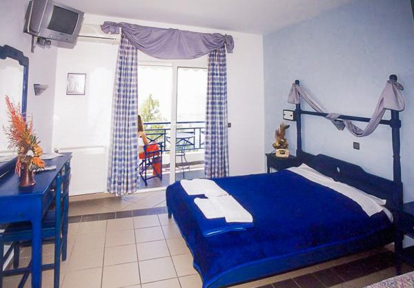 Thassos, Hotel Thalassies, camera dubla, TV, balcon.jpg
