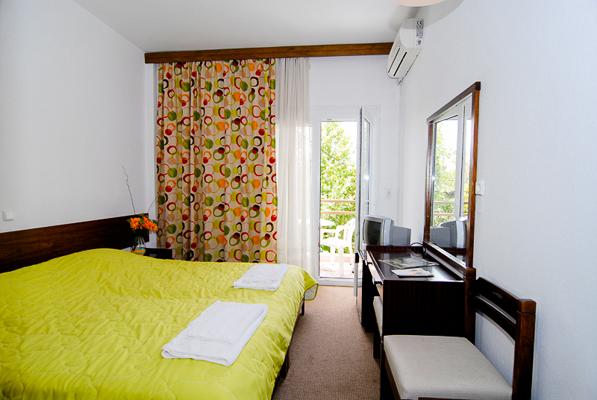 Thassos, Hotel Olympion, camera, pat dublu, birou, terasa.jpg