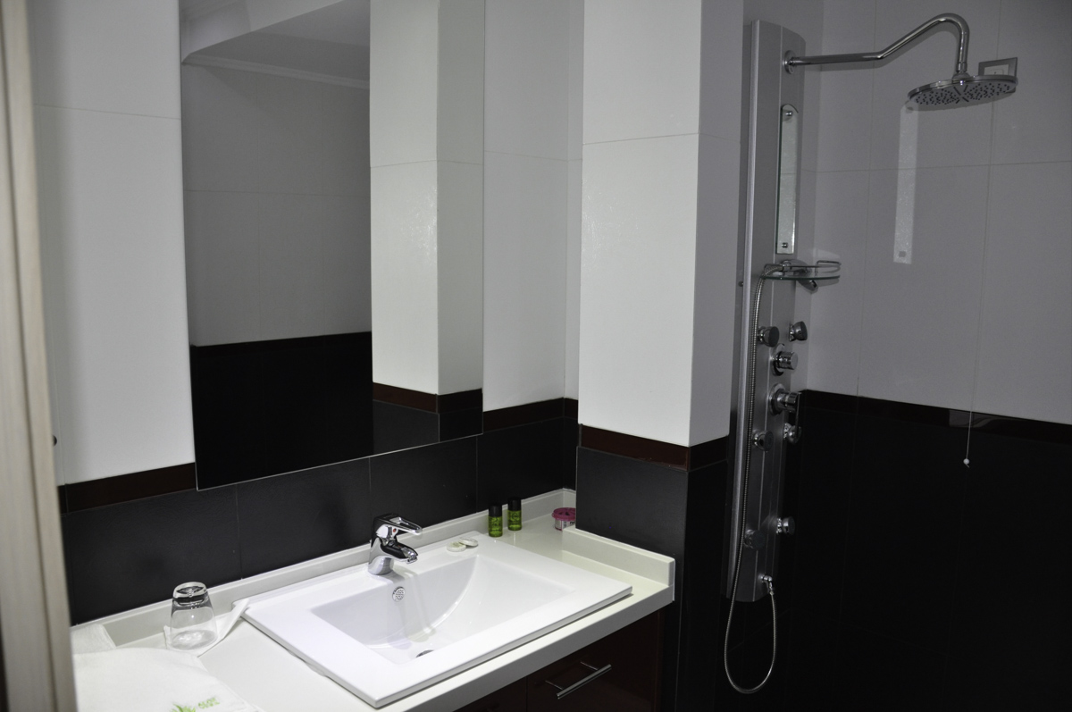 7 BATHROOM.jpg