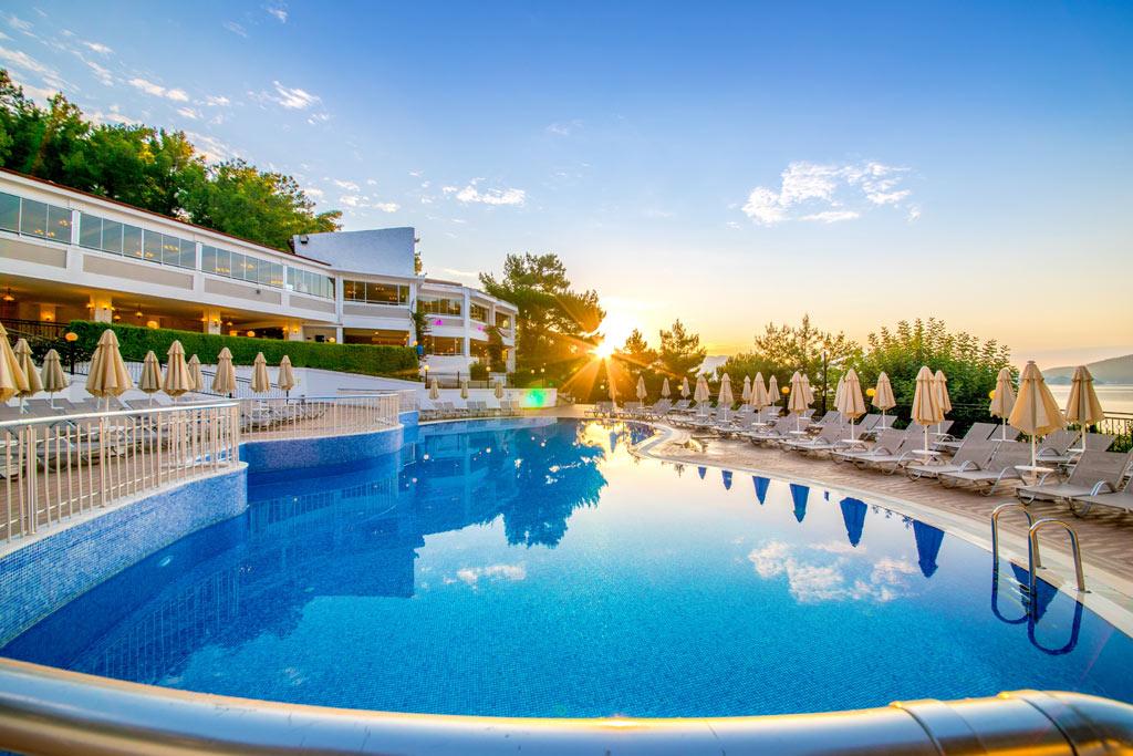 iphotels_ideal_panaroma_pool_01.jpg