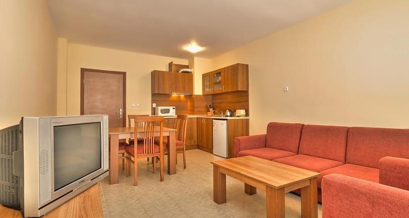 Karolina Hotel, Sunny Beach, camera, apartament, chicineta, tv, canapea.jpg