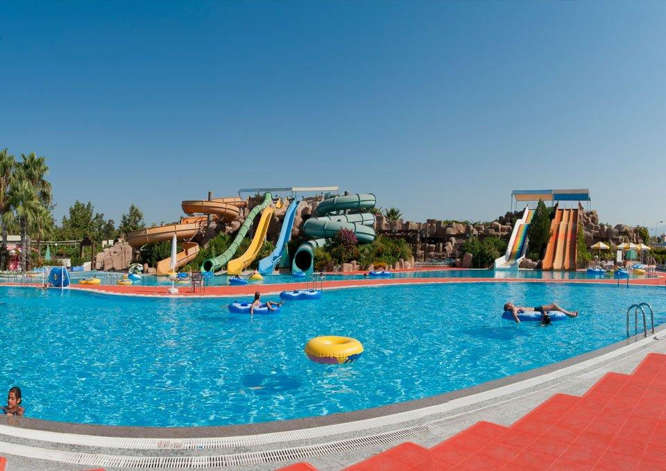Von Resort Golden Coast piscina cu tobogane