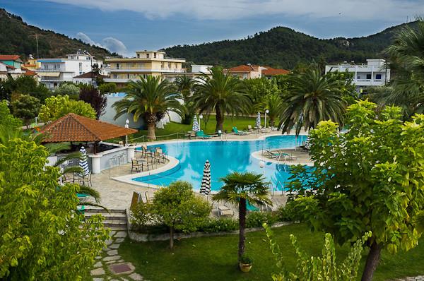 Thassos, Hotel Aethria, piscina, bar, sezlonguri.jpg