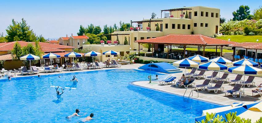 Halkidiki, Hotel Palladium, piscina exterioara, sezlonguri.jpg