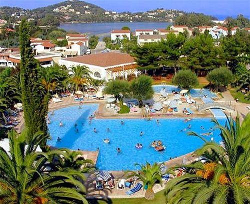 Aquis Park Hotel_piscina.jpg