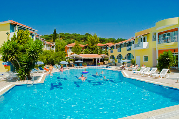 Zakynthos, Hotel Sunrise, piscina exterioara, sezlonguri.jpg