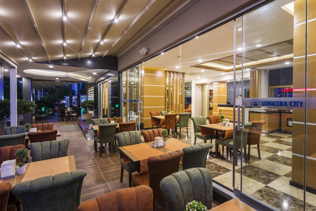 Alanya, Hotel Lonicera City terasa acoperita.jpg