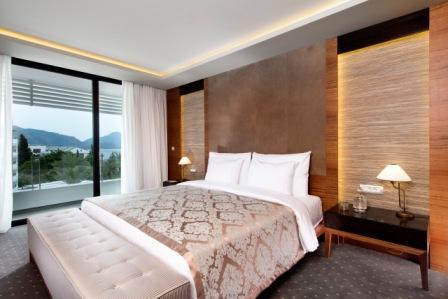 KING SUITE BED ROOM.JPG