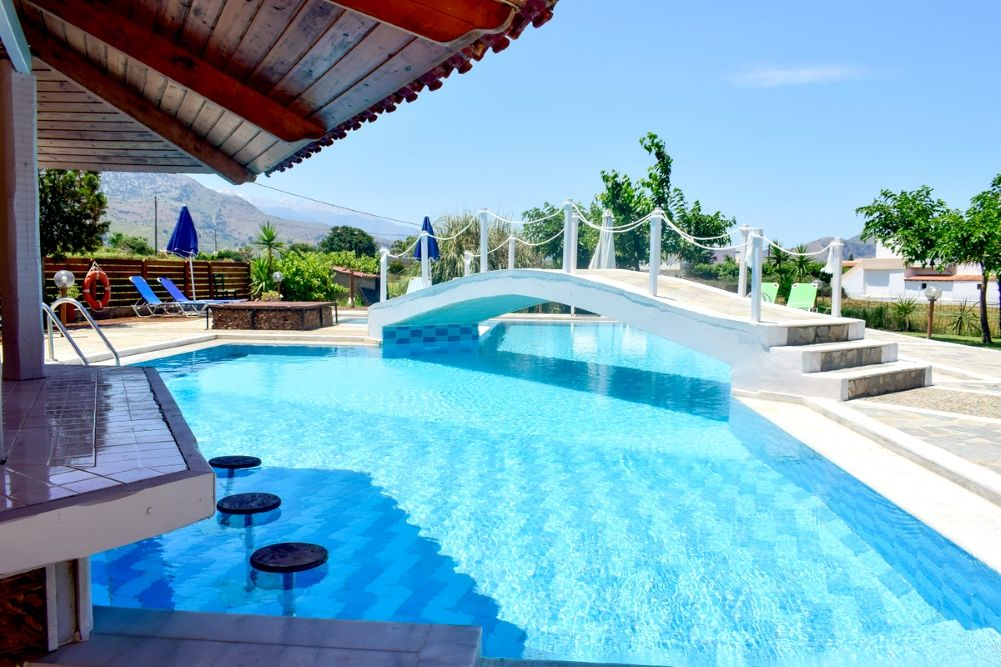 creta-chania-dias-apartments-kavros-bar-in-piscina.jpg