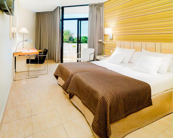 Tenerife, Hotel H10 Conquistador, camera dubla, vedere camera, pat, TV.jpg