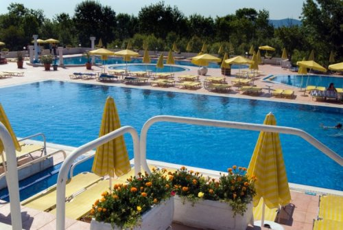 Hotel  Holiday Village piscina.jpg