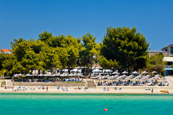 Halkidiki, Hotel Portes Beach, plaja, sezlonguri.jpg