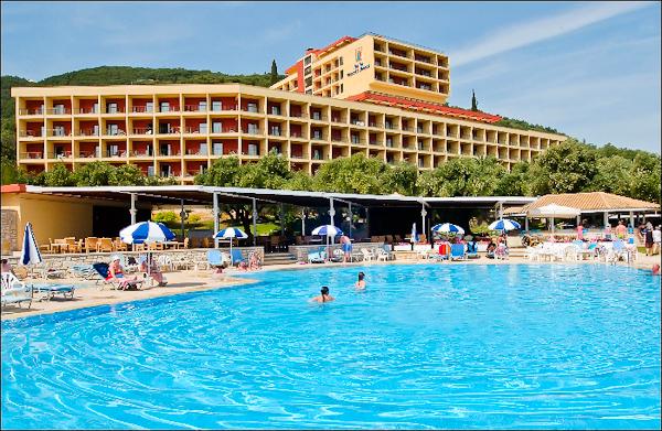 Corfu, Hotel Nissaki Beach, piscina exterioara, sezlonguri.jpg