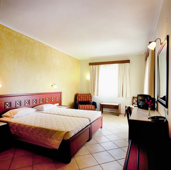 Nei Pori, Hotel Evdion, camera dubla, paturi, TV.jpg